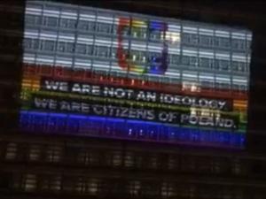 [video] Kłamstwo triumfuje. Iluminacja budynku KE w proteście przeciwko rzekomym strefom wolnym…