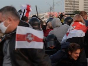 [Video] Marsz Kobiet. 73-letnia opozyjonistka nie pozwoliła wyrwać sobie flagi białoruskiej