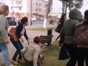 [video] Białoruscy milicjanci próbowali zatrzymać kobietę. Nie dali rady