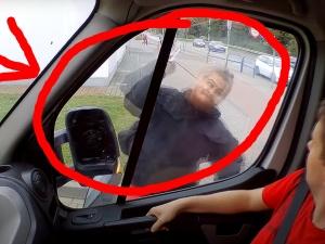 [video] Brutalny atak na furgonetkę stop pedofilii!