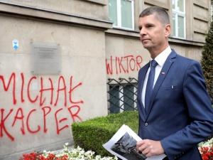 """""""Twoje dzieckoLGBT+"""". Napisy na budynku MEN. Ostre słowa ministra"""