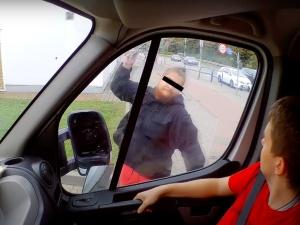 """[WIDEO] Gdańsk: W szale zaatakował furgonetkę """"Stop pedofilii"""". 25-latek usłyszałzarzuty"""