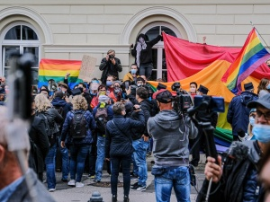 """[WIDEO] Studenci UW protestują przeciwko wizycie Andrzeja Dudy. """"Ma krew na rękach!"""""""
