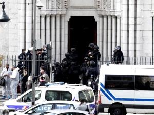 Francja: Atak nożownika w Nicei. Burmistrz apeluje: Zniszczyć islamofaszyzm