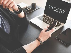 Poradnik pracownika w dobie epidemii. Czy pracodawca może dowolnie wydłużać czas pracy?