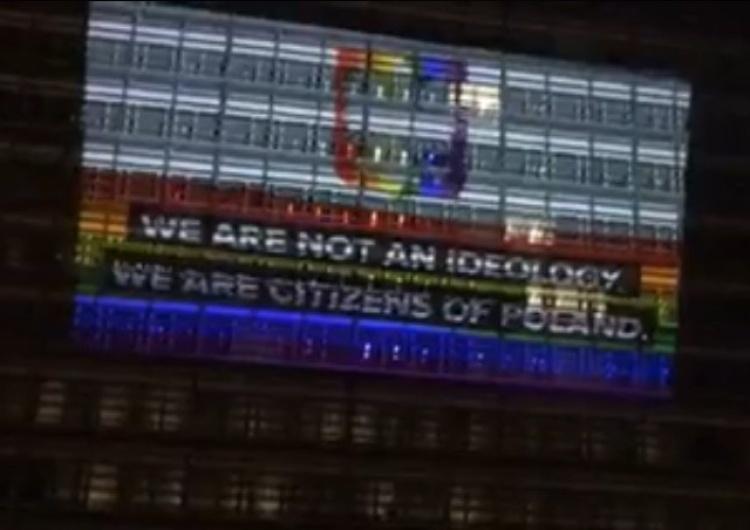 [video] Kłamstwo triumfuje. Iluminacja budynku KE w proteście przeciwko rzekomym