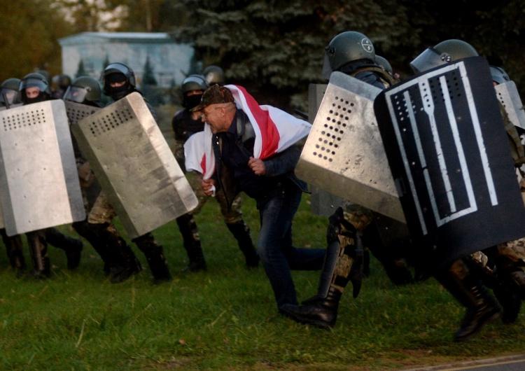 Białoruś: Zatrzymania wobec protestujących w Mińsku. Użyto armatekwodnych