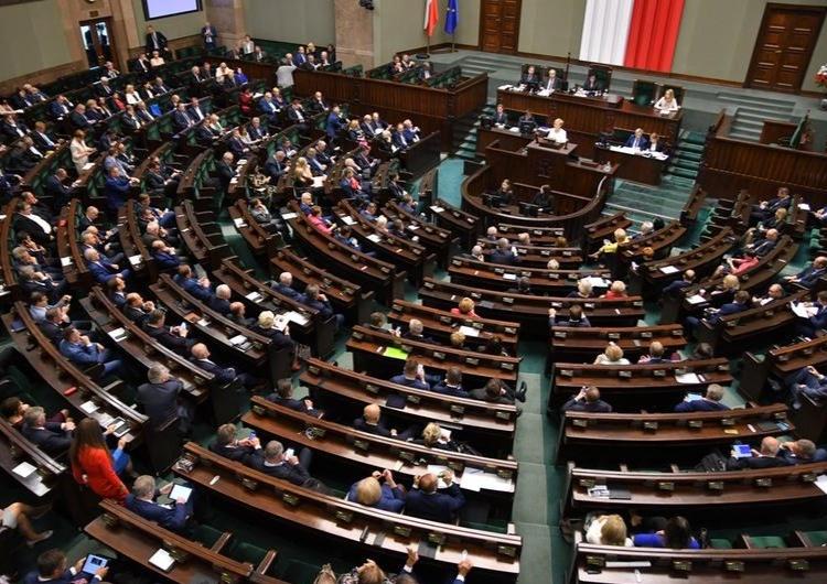 [najnowszy sondaż] PiS niekwestionowanym liderem, niezły wynik Hołowni, 6 partii w Sejmie