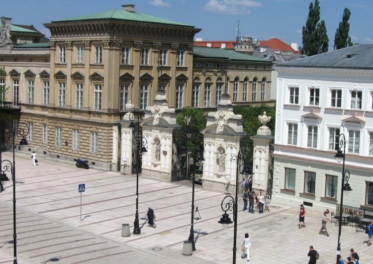 Uniwersytet Warszawski, brama główna od strony Krakowskiego Przedmieścia [video] Zapytano młodych ludzi pod Uniwersytetem Warszawskim o to ile to jest 6x8... Odpowiedzi szokują