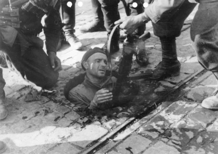 Powstanie Warszawskie. Niemcy wyciągają Powstańca z kanału [Tylko u nas] Marcin Bąk: Koniec 63 dni chwały