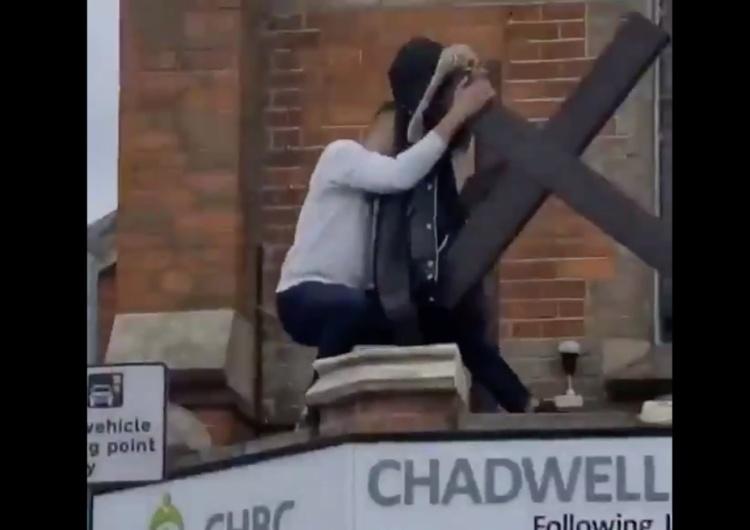 [WIDEO] Wstrząsające obraz z Londynu. Młody człowiek łamie krzyż