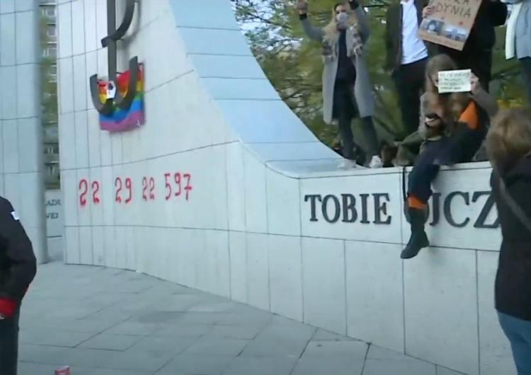 Warszawa: Protestujący pomalowali pomnik ArmiiKrajowej. Europoseł PiS komentuje