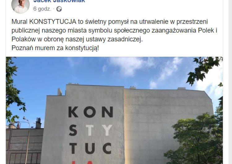 """Polityka na ulicach. Obywatele RP w centrum Poznania szykują wielki mural z napisem """"Konstytucja"""""""
