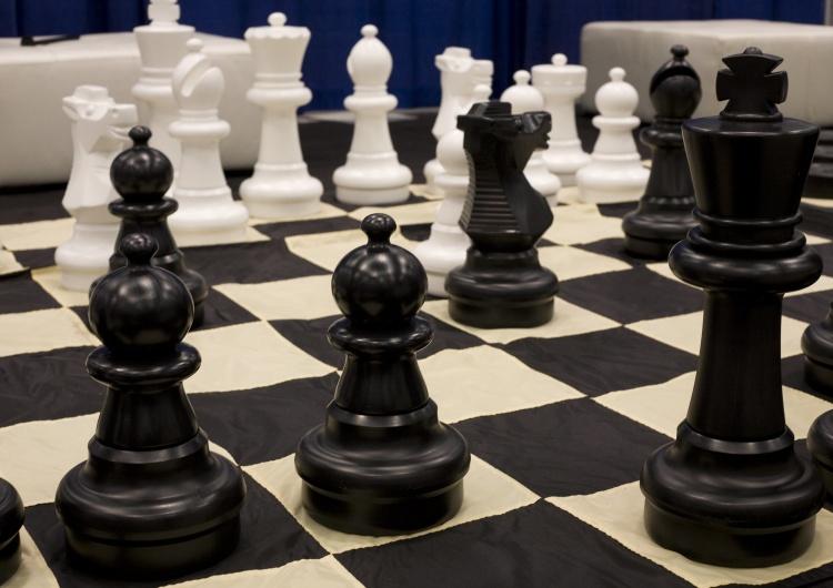 Szachy to rasistowska gra, bo biali wykonują pierwszy ruch? Absurdalna dyskusja w australijskiej stacji
