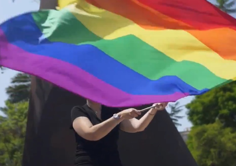 [Wideo] Rozpoczęła się kolejna manifestacja fanów ideologii LGBT. Znów skaczą po pomnikach...