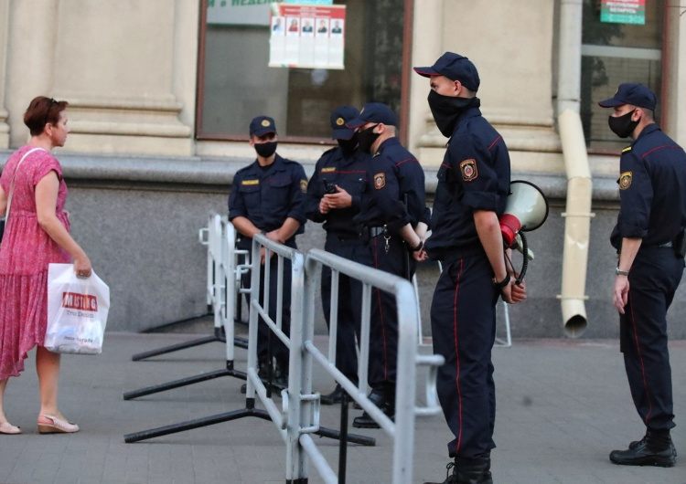 TATYANA ZENKOVICH Białoruś. Media: milicja zatrzymuje ludzi przed lokalami wyborczymi