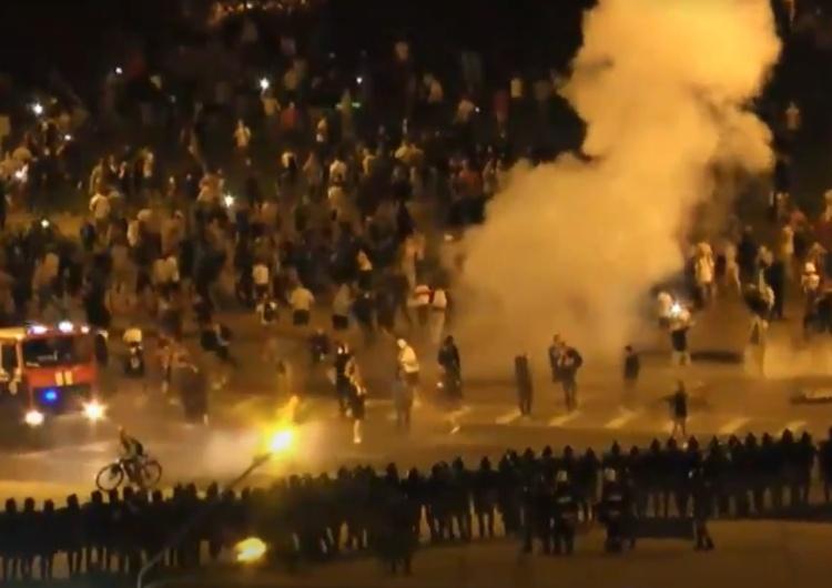 [video] Białoruś. Mińsk. Milicja szturmuje barykady używając armatek wodnych. Gwałtowne zamieszki