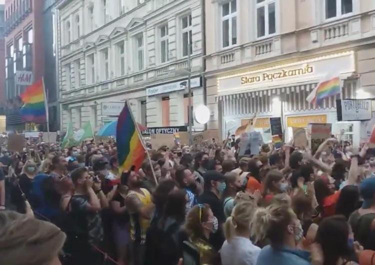 """[video] """"""""Je.ać PiS"""". Mowa miłości na demonstracji LGBT w Poznaniu. Dziennikarz GW: """"To zbiorowa terapia"""""""