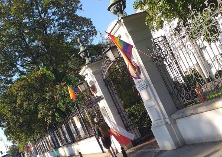 Screen Idą coraz dalej. Flaga państwowa na budynku rządowym zastąpiona przez symbol ruchu LGBT