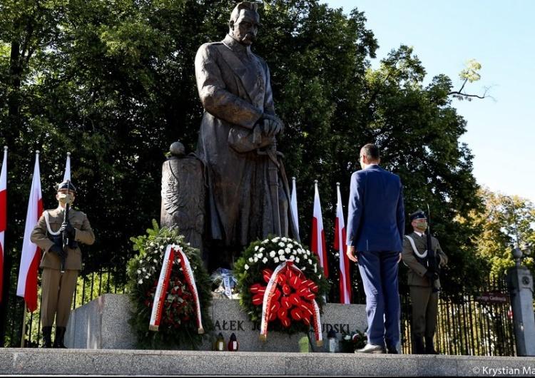 Premier Morawiecki złożył kwiaty pod pomnikiem Marszałka Józefa Piłsudskiego i tablicą Hallera